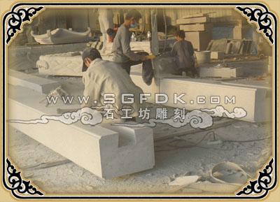 石牌坊立柱雕刻加工中